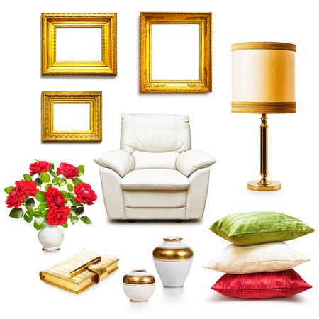 Luxeleunstoel, tafellamp, kussens, vazen en goud frames. Interieur objecten collectie op een witte achtergrond. Design elementen Stockfoto