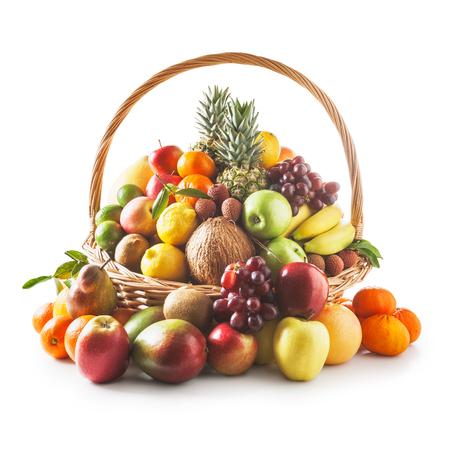 corbeille de fruits: Panier avec fruits frais. Une alimentation saine et le concept de régime. Assortiment d'hiver. Objets groupe sur le chemin fond blanc de détourage inclus