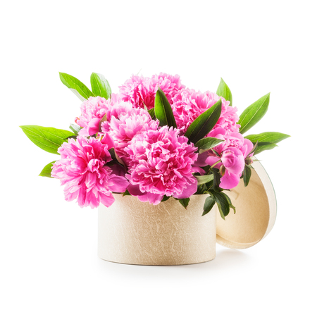 ramo de flores: flores de peonía. ramo romántica de peonías rosadas en caja de regalo aislados sobre fondo blanco Foto de archivo