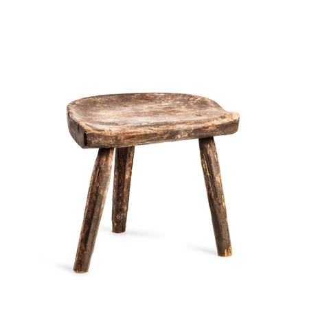 Tabouret vintage isolé sur fond blanc. Chaise à trois jambes antique. Objet unique avec tracé d'écrêtage Banque d'images