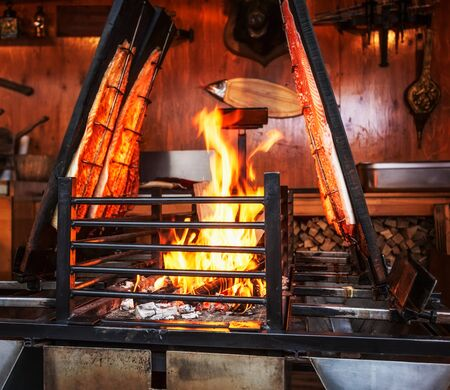 fish fire: Grilled salmon fish on open fire