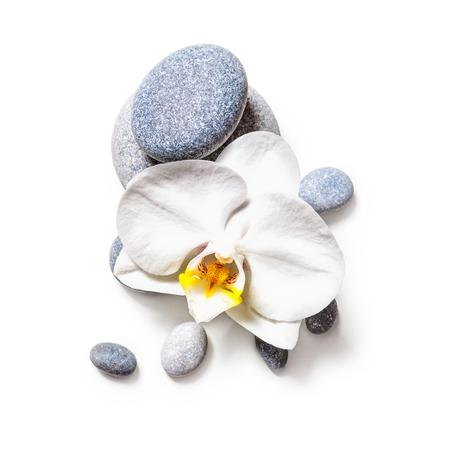 Spa stenen en witte orchidee bloem geïsoleerd op witte achtergrond clipping path opgenomen. Vlak liggen Stockfoto
