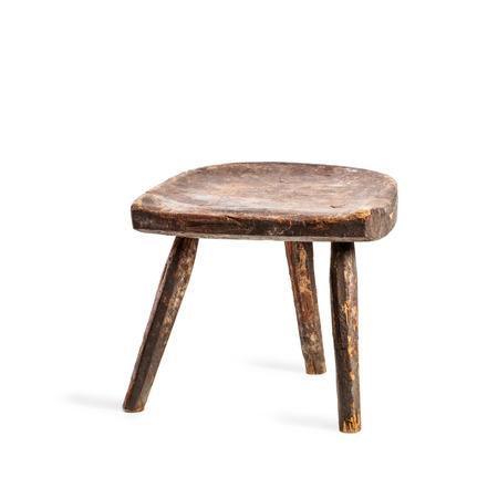 sgabello epoca isolato su sfondo bianco. Antique chair tre gambe. Singolo oggetto con percorso di clipping