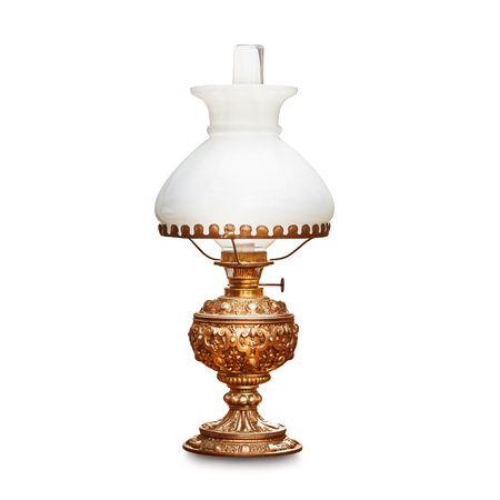 Uitstekende schemerlamp met witte die lampekap op witte achtergrond wordt geïsoleerd. Antieke olielamp. Één object met uitknippad