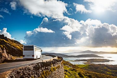 Toeristenbus die op bergweg reist. Ring of Kerry, Ierland. Reisbestemming Stockfoto