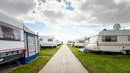 Camping caravane sur la plage. Vacances en famille dans le parc de caravanes. Côte de la mer du Nord, Allemagne Banque d'images
