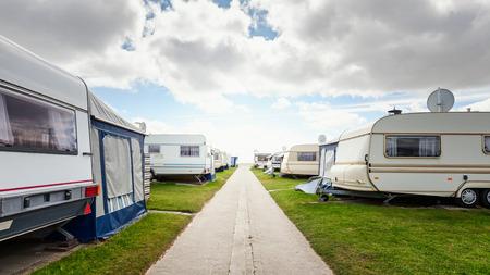 在海滩上露营的大篷车。在房车公园的家庭度假。德国北海海岸