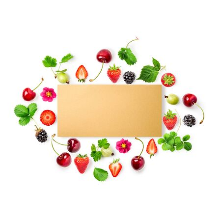 Frische Erdbeere, Kirsche, Stachelbeere und Brombeerrahmen mit Papierkarte auf weißem Hintergrund. Konzept für gesunde Ernährung. Sommerfrüchte-Arrangement. Draufsicht, flache Lage, Gestaltungselement