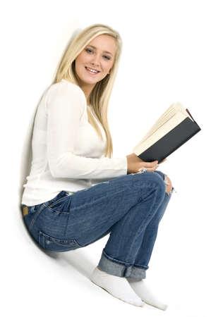 Junge blonde Frau mit einem Buch auf einem wei�en Hintergrund Lizenzfreie Bilder
