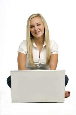 Junge blonde Frau mit einem Laptop auf einem wei�en Hintergrund Lizenzfreie Bilder