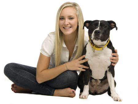 mujer perro: Mujer joven rubia con un perro aislado en un fondo blanco