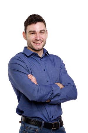 Sch�ner Mann tr�gt ein blaues Hemd und Jeans auf einem wei�en Hintergrund