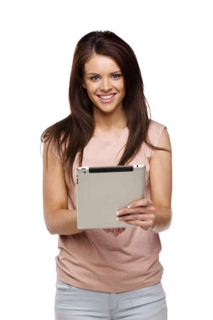 Sch�ne Br�nette Frau l�ssig gekleidet auf einem wei�en Hintergrund mit einem Computer-Tablette