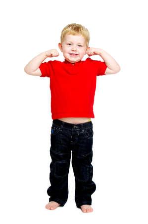 Junge tr�gt Jeans und ein rotes T-Shirt stand auf einem wei�en Hintergrund Blick in die Kamera zeigt seine Muskeln isoliert