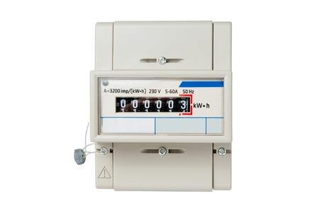 Stromzähler mit digitaler Anzeige auf weißem Hintergrund