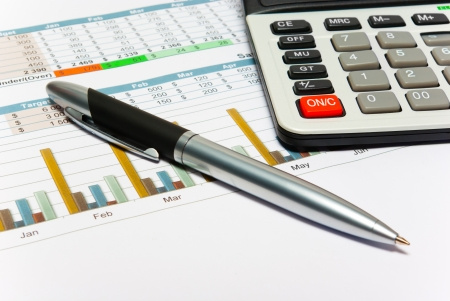 Calculation of the house budget. The calculator, a pen, the diagramme