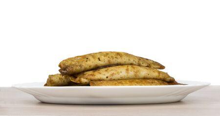 Pancake farcies dans un plat blanc sur la table en bois, vue de côté Banque d'images