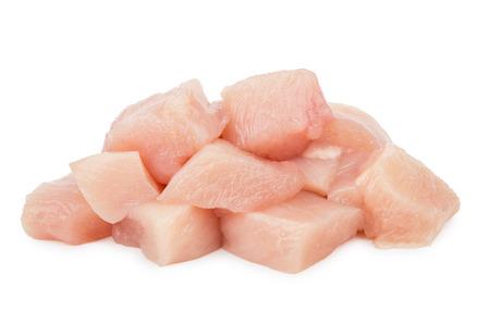 Pezzi di carne di pollo cruda isolati su fondo bianco
