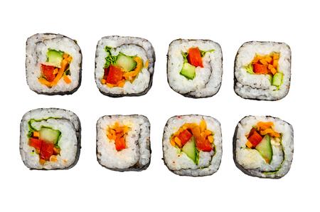 Quelques rouleaux de légumes isolés sur fond blanc. Vue de dessus