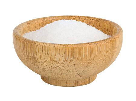 Bol en bois de bambou avec du sel de mer isolé sur fond blanc