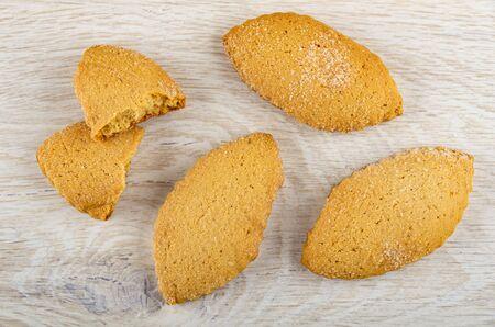 Broken cookie, shortbread cookies on wooden table. Top view Banco de Imagens - 134824095