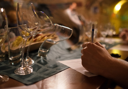 sauvignon blanc: Wine tasting sommelier writes something in note table. Stock Photo