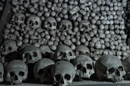 Human bones and skulls in the Ossuary at Kutna Hora church Czechia Imagens