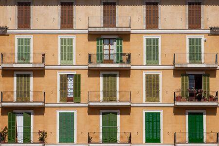 Spaanse voorgevel met balkon