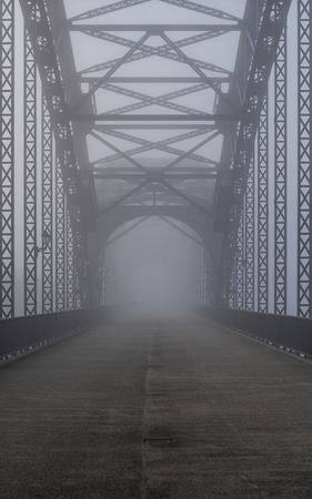 Oude brug in de mist Stockfoto