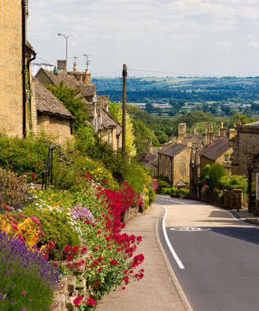cotswold: Cotswolds village Bourton-on-the-Hill with flowers, UK Stock Photo