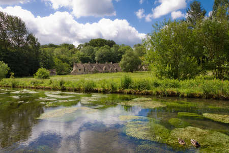gloucestershire: Arlington Row in Bibury with River Coln, Cotswolds, Gloucestershire, UK Stock Photo