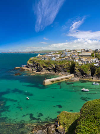 Cove and harbour of Port Isaac with blue skies, Cornwall, England Standard-Bild