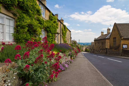Cotswolds village Bourton-on-the-Hill with flowers, UK Standard-Bild