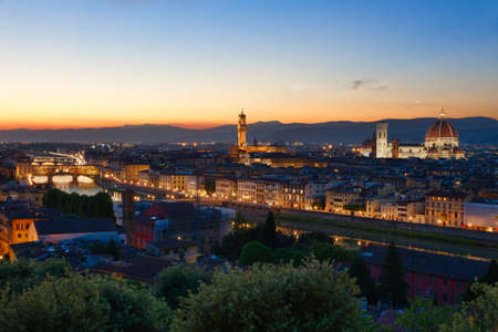 toskana: Florence, Arno River and Ponte Vecchio after sunset, Italy