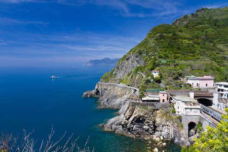 toskana: Coastline at Riomaggiore and railway station, Cinque Terre, Italy Stock Photo