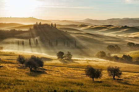 san quirico d'orcia: Farmhouse in Val dOrcia after sunset, Tuscany, Italy