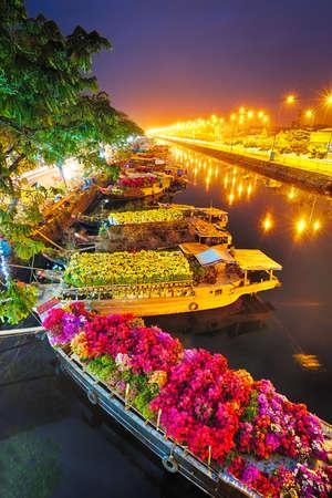 Los barcos en el Mercado de las Flores de Saigón en Tet, Vietnam