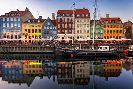 Kopenhagen, Denemarken - 24 mei - Zeilboten in Nyhavn in het centrum van de hoofdstad van Denemarken stad Redactioneel