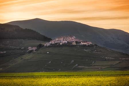 castelluccio di norcia: Castelluccio di Norcia at sunset, Umbria, Italy