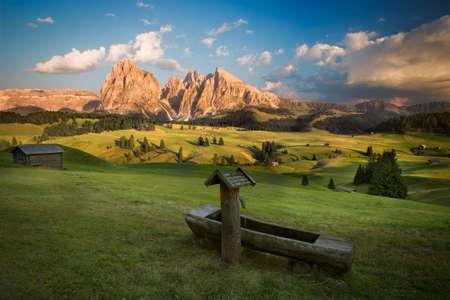 Alpe di Siusi con Sassolungo Gruppo prima del tramonto, Alto Adige, Italia Archivio Fotografico - 49159563