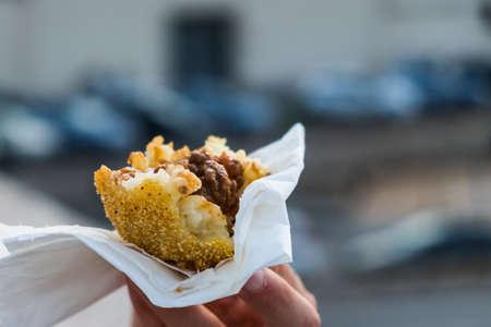 arancino, 전형적인 sicilian 길거리 음식 사프란 쌀과 고기 튀김 된 빵 가루 입힌 된 공 스톡 콘텐츠