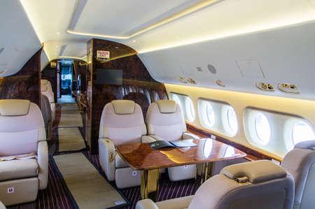 Interior de lujo de cuero genuino en el moderno jet de negocios