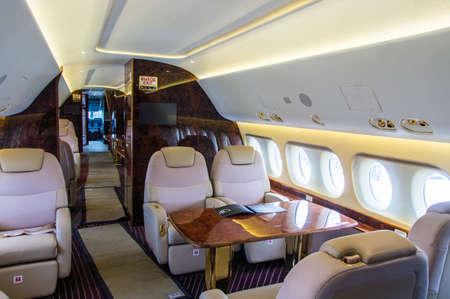 Interni di lusso in vera pelle nel moderno business jet Archivio Fotografico