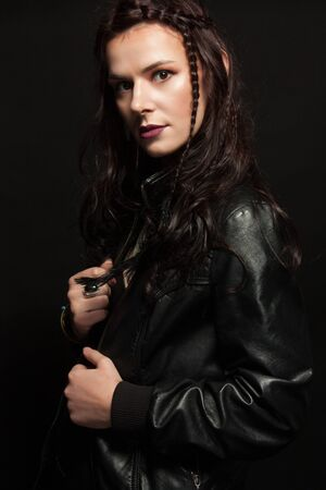 Retrato de estudio de una joven al estilo rock.