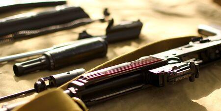 2 つのカラシニコフ突撃銃のクローズ アップ表示