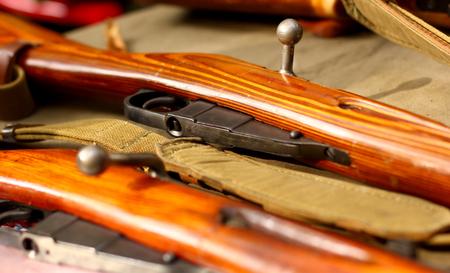 軍の背景に古いボルト アクション小銃 写真素材