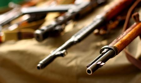 陸軍軍事背景に古い武器の部分をクローズ アップ。