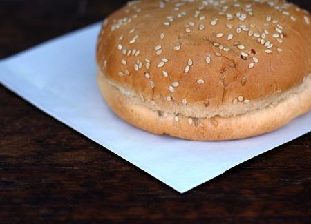 Pan para hamburguesa o sándwich en papel blanco con copyspace lugar