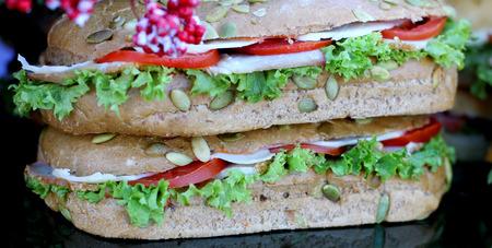 Salchichón sabroso Salchichón de hamburguesa con lechuga y ensalada servida como comida rápida