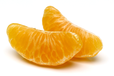 segmento: Mandarin, tangerine citrus fruit isolated on white background.  Several segment of peeled orange citrus. Foto de archivo